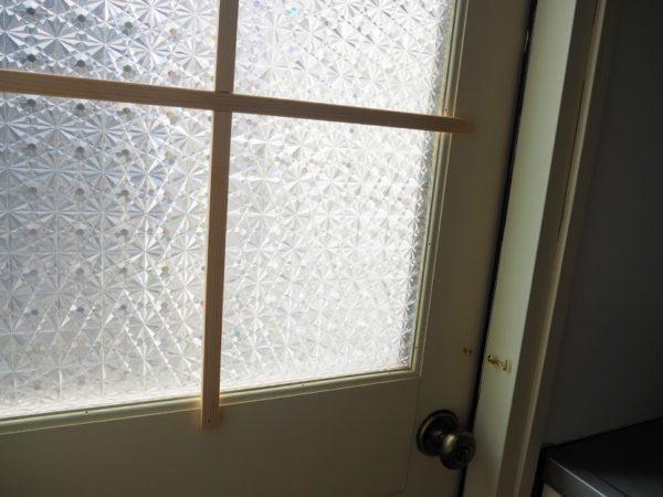 格子と目隠しシートのついた窓