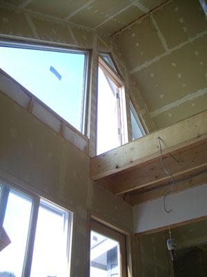 1階から吹き抜けを見上げる