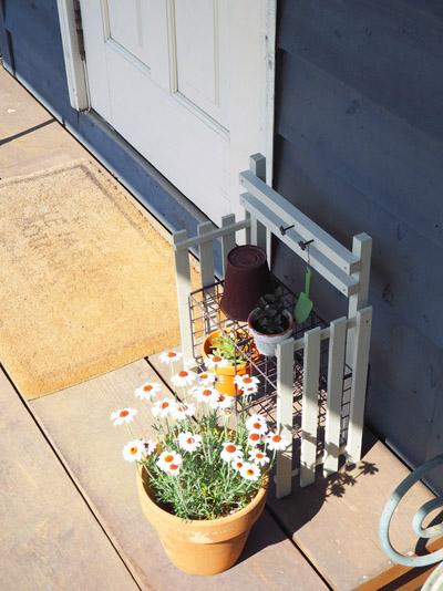 玄関脇に置いたガーデンラック