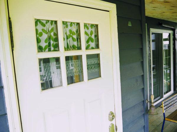 目隠しを施した玄関ドアの窓