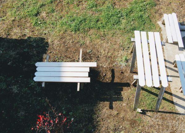ウッドフェンス用の板にペンキを塗る