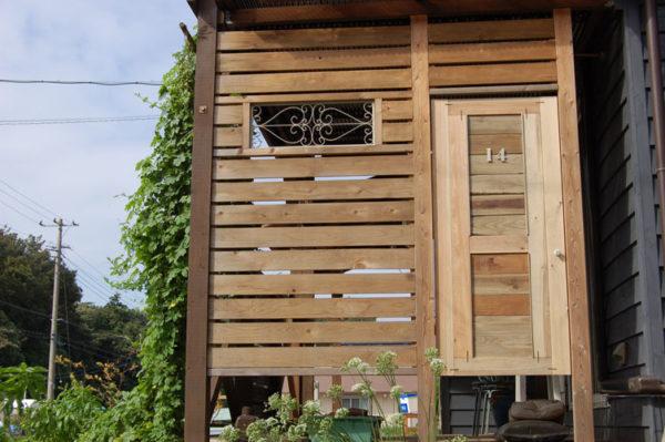 ウッドロングエコを塗ったばかりのドアと壁