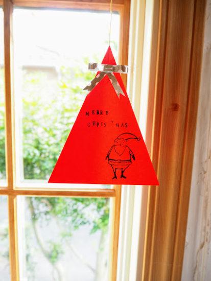 折り紙で作るクリスマスツリーを窓辺に飾る