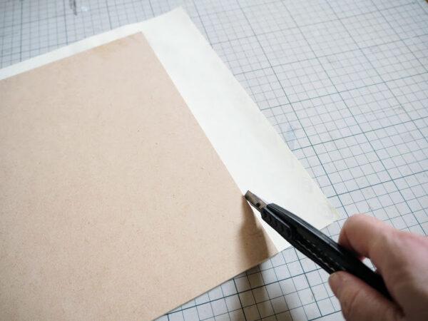 板に紙を貼る